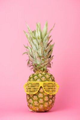 Nálepka vtipné a chutné ananas v sluneční brýle na růžovém pozadí