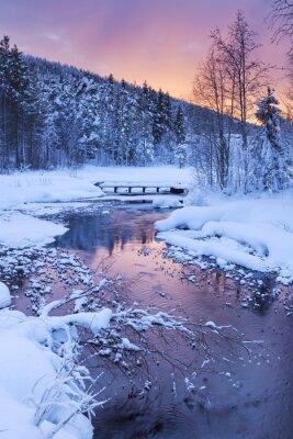 Nálepka Východ slunce nad řekou v zimě nedaleko Levi, finském Laponsku