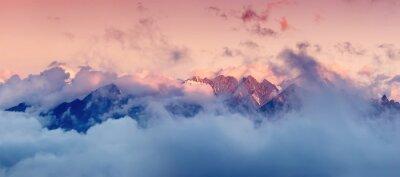Nálepka Vysoká pohoří v mracích při východu slunce. Krásné panoramatické krajině