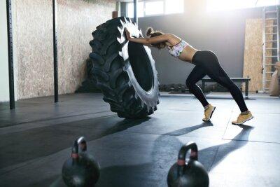 Nálepka Vzpírání. Sportovkyně školení s Crossfit Wheel v tělocvičně