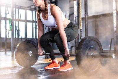 Nálepka Záběr fitness ženy v posilovně s činky