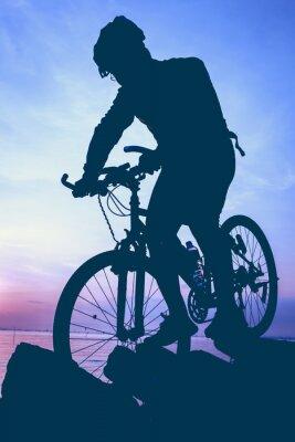Nálepka Zdravý životní styl. Silueta cyklisty na kole na moři.