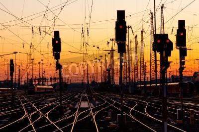 Nálepka Železniční tratě na vlakovém nádraží v Major při západu slunce.
