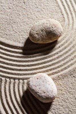 Nálepka zen písek zátiší - dva kameny nastavit přes pískové linek pro pojetí spirituality a klidu, pohled shora