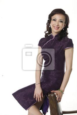 8de6b87892b2 Žena středního věku v cheongsam čínské šaty sedí židle nálepky na ...