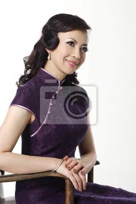 c3f0281f3d13 Žena v tradiční čínské šaty sedí starou židli nálepky na notebook ...