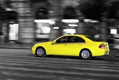Nálepka žlutá taxi se pohybuje na noční město ulice