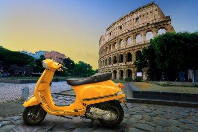 Nálepka Žlutá vinobraní skútr na pozadí Kolosea