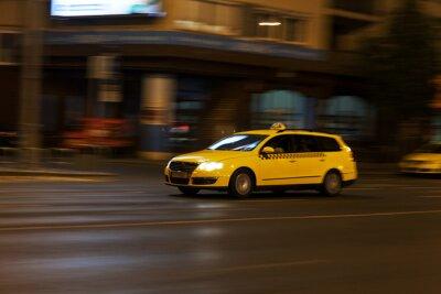 Nálepka žluté taxi se pohybuje na noční město ulice