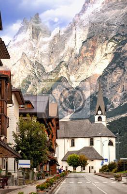 alpská vesnice v Dolomitech Alp, Tyrolsko, Itálie