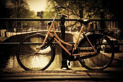 Amsterdam. Romantický kanál most, motorka