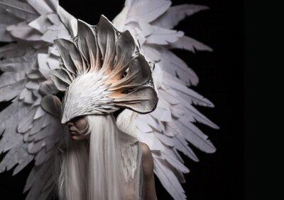 Obraz Anděl, kostým, pojmu, filmový, portrét mladé dívky a bílou parukou, což s sebou nese velkou bílou masku a velká bílá křídla. Dramatický