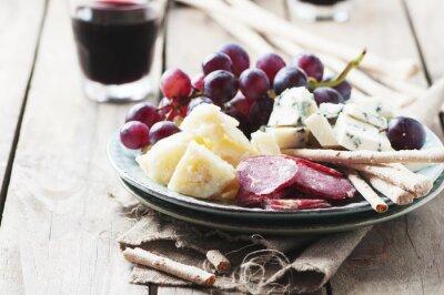 Obraz Antipasto se sýrem, klobásou a hroznového