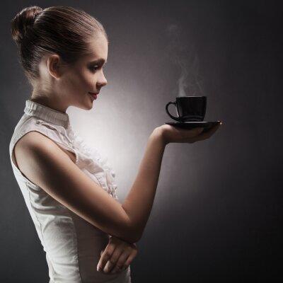 Obraz Atraktivní žena s aromatické kávy v ruce