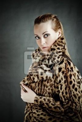 Atraktivní žena v kožichu