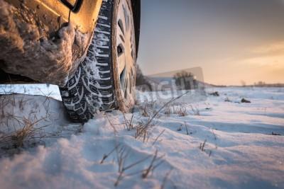 Obraz Automobilové pneumatiky na zimní silnici