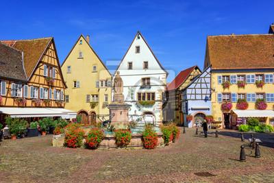 Barevné hrázděné domy v Eguisheim, Alsace, Francie