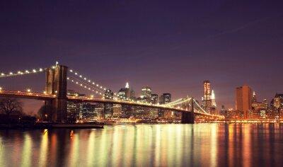 Barevné noční panorama centra města New York, New York, USA.