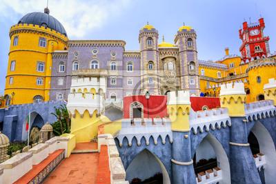Barevné průčelí paláce Pena, Sintra, Portugalsko