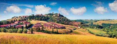 Obraz Barevný jarní pohled na město Pienza. Malebné ranní panorama Toskánska, San Quirico d'Orcia, Itálie, Evropa. Krása krajiny koncept pozadí.
