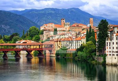 Bassano del Grappa, malé středověké město v Alpách horách, V