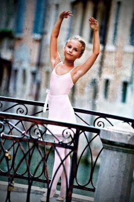 Obraz Benátky, Itálie - krásná baletka na mostě v Benátkách