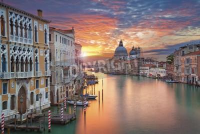 Obraz Benátky. Obrázek hotelu Grand Canal v Benátkách, s Santa Maria della Salute baziliky v pozadí.