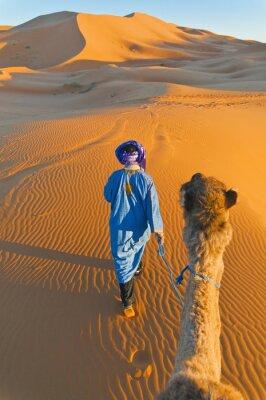 Obraz Berber procházky s velbloudem v Erg Chebbi, Maroko