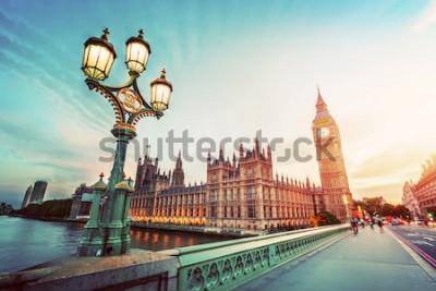 Obraz Big Ben vidět z Westminster Bridge, Londýn, Velká Británie. při západu slunce. Retro pouliční lampa světlo. Vinobraní