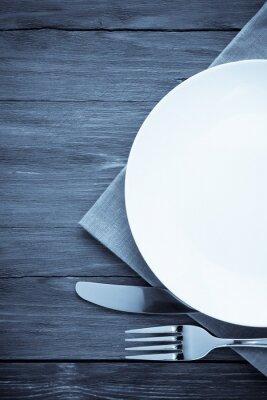 Obraz bílý talíř, nůž a vidlička na dřevo