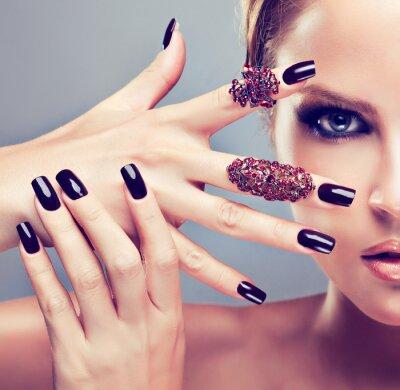 Obraz Blond model s burgundskou manikúru