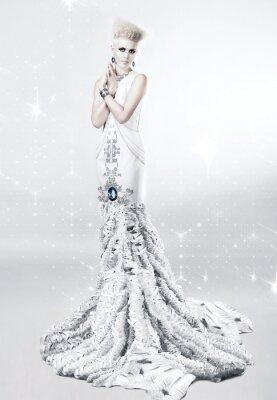 Obraz blond žena v dlouhých bílých šatech s diamantem