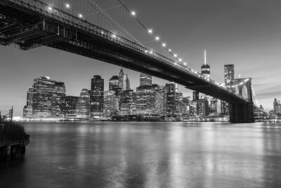 Obraz Brooklyn Bridge za soumraku pohledu z Brooklyn Bridge Parku v New Yorku.