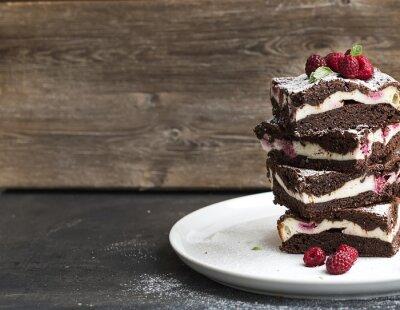 Obraz Brownies-tvarohový koláč věž s malinami na bílém talíři
