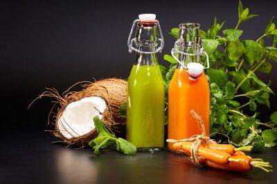 Obraz Brýle s čerstvé organické zeleninové a ovocné šťávy izolované stáčen