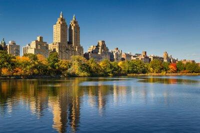 Obraz Central Park a Manhattan, Upper West Side s barevnými podzimní listí. Jasná modrá obloha a budovy Central Park West odráží ve Jacqueline Kennedy Onassis přehrady. New York City.