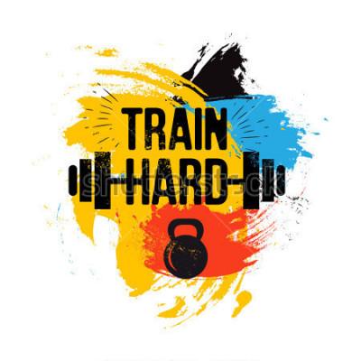 Obraz černý kettlebell a barbell na barevném kartáčovém pozadí s inspirativní frází - vlak tvrdé. Fitness sportovní citace. Ilustrace pro klub kulturistiky, tričko, plakát