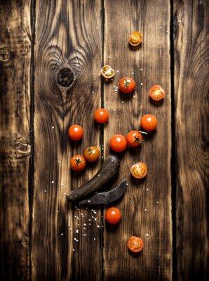 Obraz Čerstvá rajčata a starý nůž.