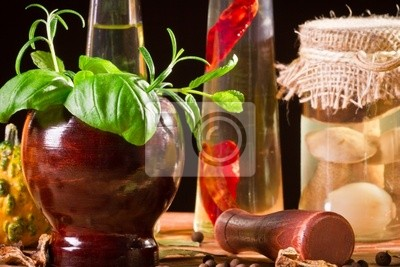 Čerstvé koření a byliny na dřevěném prkně