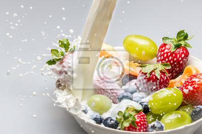 Čerstvé ovoce s mlékem nalil jako symbol zdravé snídaně