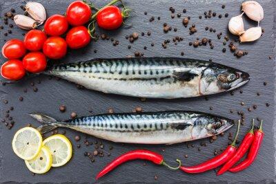 Obraz Čerstvé ryby makrely, chilli, citron, rajčata, česnek na břidlicové prkně. Pohled shora