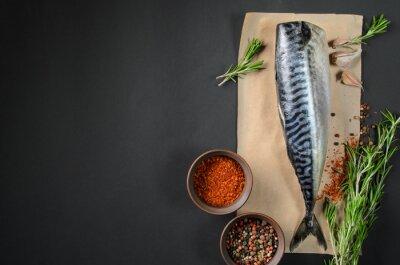 Obraz Čerstvé ryby makrely na tmavém pozadí shora. Ryba s aromatickými bylinkami a kořením - zdravé potraviny, strava nebo koncept vaření
