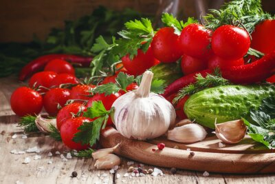 Obraz Čerstvý česnek, cherry rajčata, okurky, feferonky, petržel, di