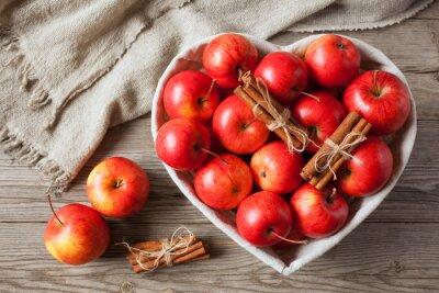 Obraz Červená jablka se skořicí
