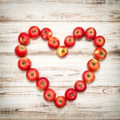 Obraz Červená jablka srdce dřevěné pozadí. Láska koncepce vinobraní