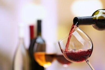 Obraz Červené víno nalil do sklenice na víno, close-up