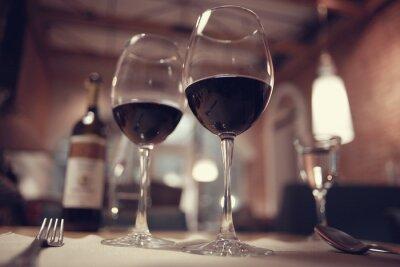 Obraz červené víno ve francouzském interiér restaurace