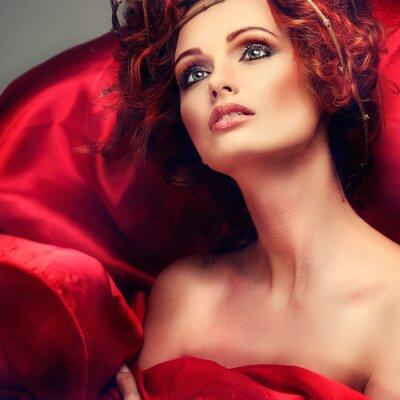 Obraz Červené vlasy. Portrét krásné dívky v červené látky
