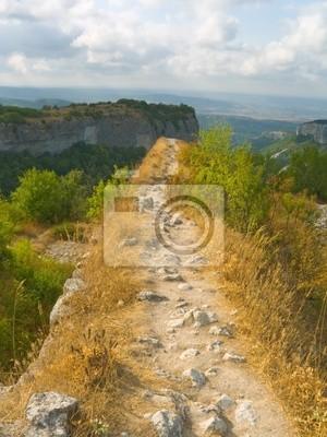 Cesta a sráz v horách