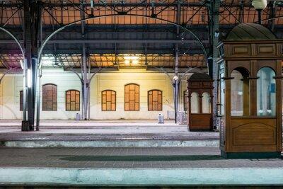 Obraz Cestující platforma v noci na železniční stanici. Vlakové nádraží v noci.